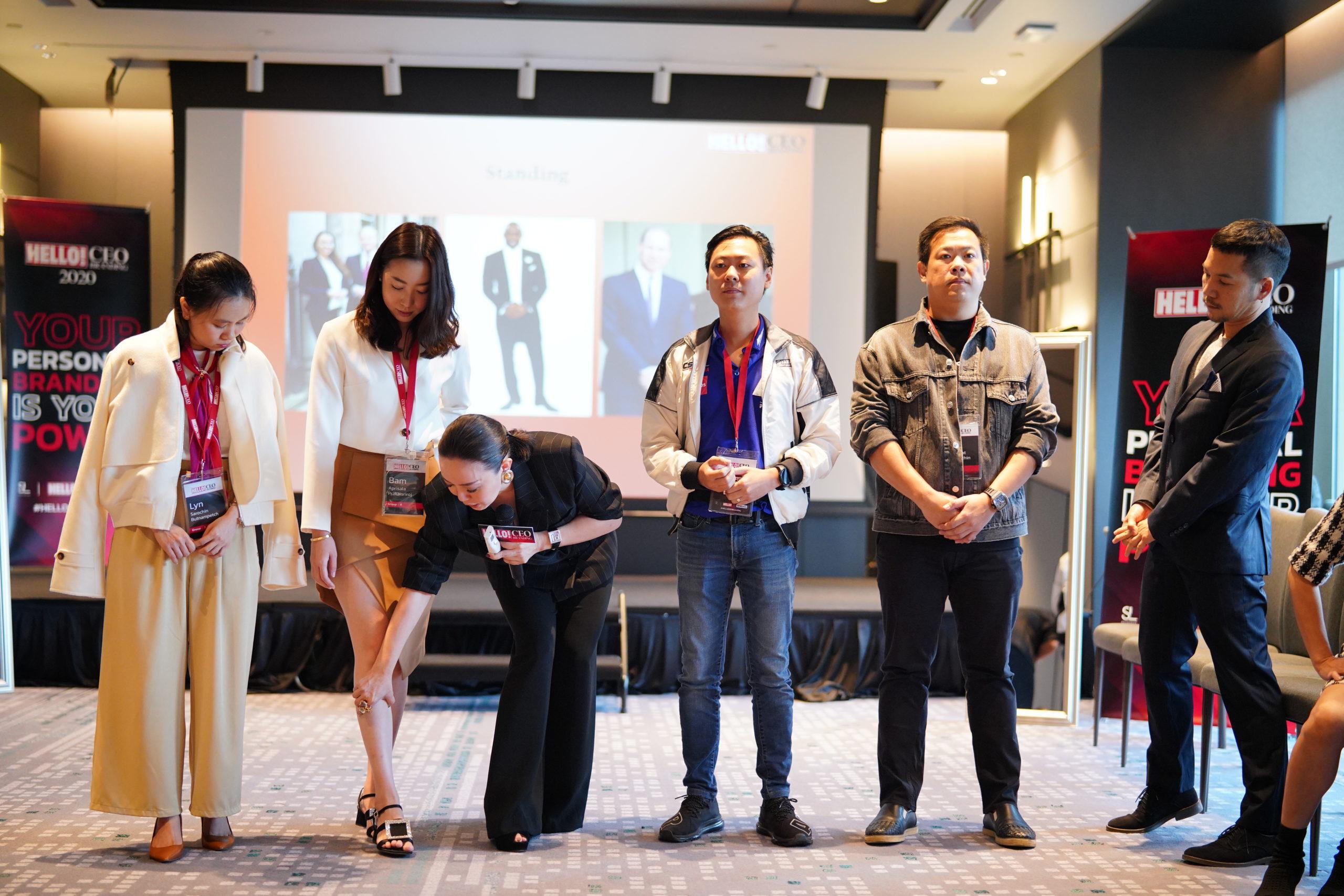 Hello! CEO branding - คุณจอม-มนุญสินี ฟูตระกูล กำลังอธิบายวิธีการโพสท่าถ่ายรูปเวลาออกงาน
