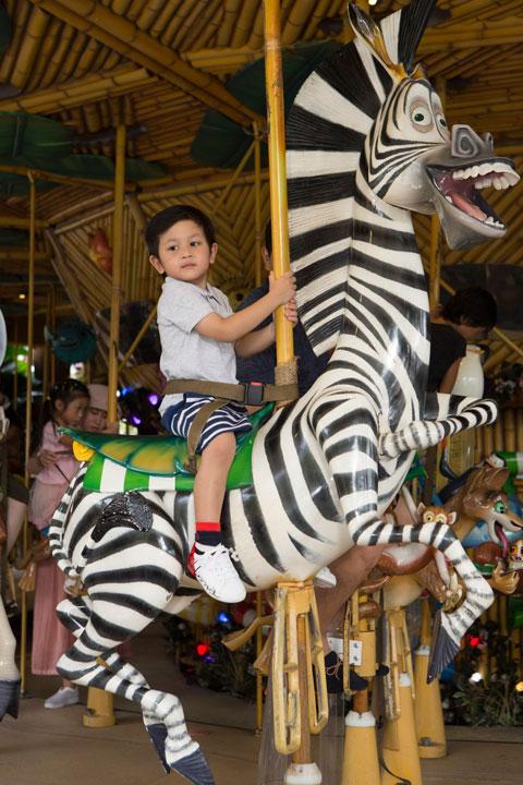 น้องโปรดสนุกกับบการขี่ม้าหมุนที่ King Julien's Beach Party-Go-Around