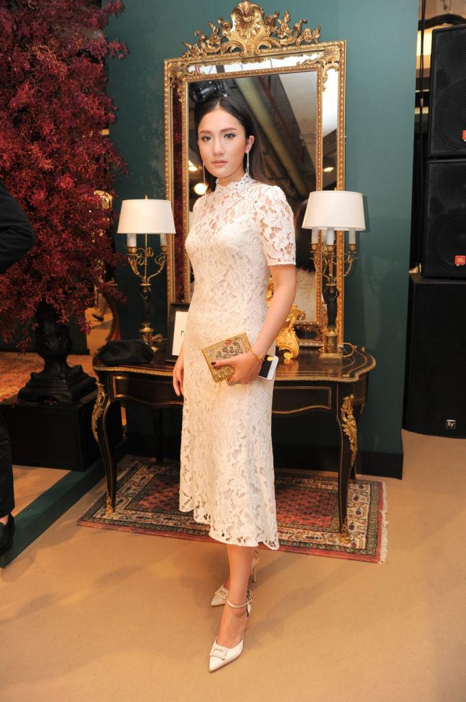 ปาวา นาคาศัย สวยสง่าในชุดเดรสขาว เข้าคู่กับรองเท้าส้นสูงสีขาวประดับไข่มุก