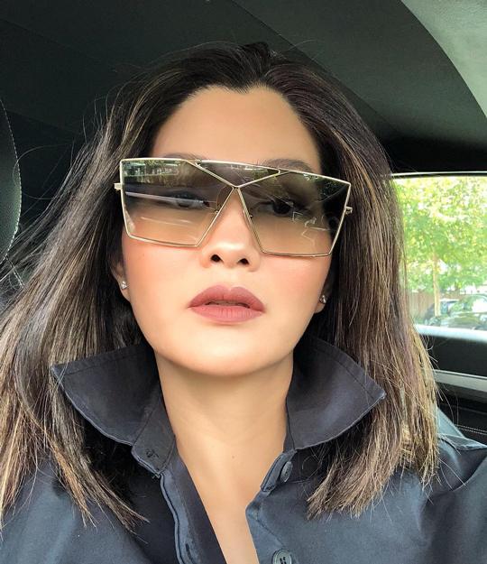 สู่ขวัญ บูลกุล, เซเลบคนดัง, สไตล์คนดัง, การสวมแว่นกันแดด, แว่นกันแดด, ปกป้องผิวรอบดวงตา, Celebrity News, Celebrity Style, Celebrity Update, Sunglasses, How to Wear Sunglasses,